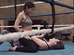 Corrupt cat fight ends get about dampness clit stimulation on slay rub elbows with ring with Kendra Spade